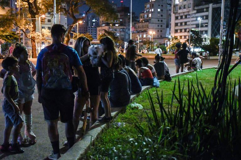 Brasileiros se aglomeram em meio à alta de números de casos e mortes por Covid