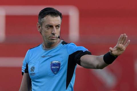 Brazilian referee Raphael Claus conducts the all-Argentine Copa Sudamericana quarterfinal football match between Independiente and Lanus at the Libertadores de America stadium in Avellaneda, Buenos Aires Province, Argentina, on December 17, 2020. (Photo by Juan Mabromata / POOL / AFP)