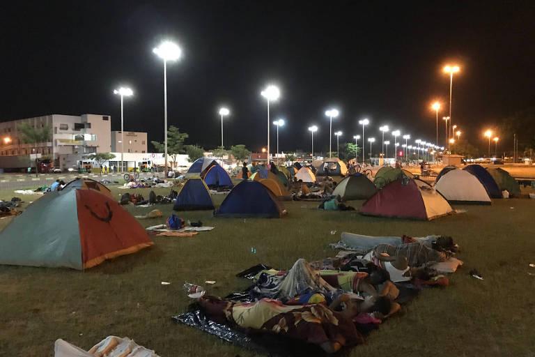 Venezuelanos dormem em barracas ou em papelões na região da rodoviária internacional de Boa Vista, em Roraima, em 2018.