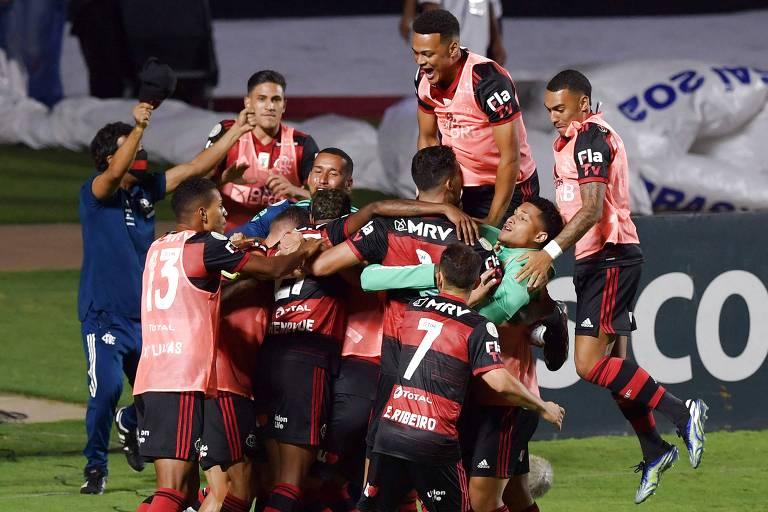 Jogadores do Flamengo celebram o gol de Bruno Henrique no Morumbi
