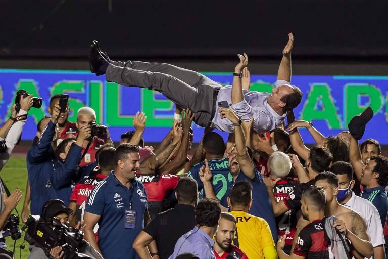 Jogadores do Flamengo erguem o técnico Rogério Ceni após a conquista do título do Brasileiro de 2020, no Morumbi