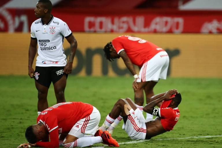 Jogadores do Inter lamentam após o fim da partida e a chance de título desperdiçada