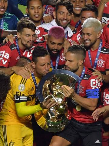 Flamengo's captain Diego holds up the trophy as he celebrates with teammates after winning the Brazilian championship despite loosing the final date match against Sao Paulo at Morumbi stadium in Sao Paulo, Brazil, on February 25, 2021. (Photo by NELSON ALMEIDA / AFP) ORG XMIT: NAL029