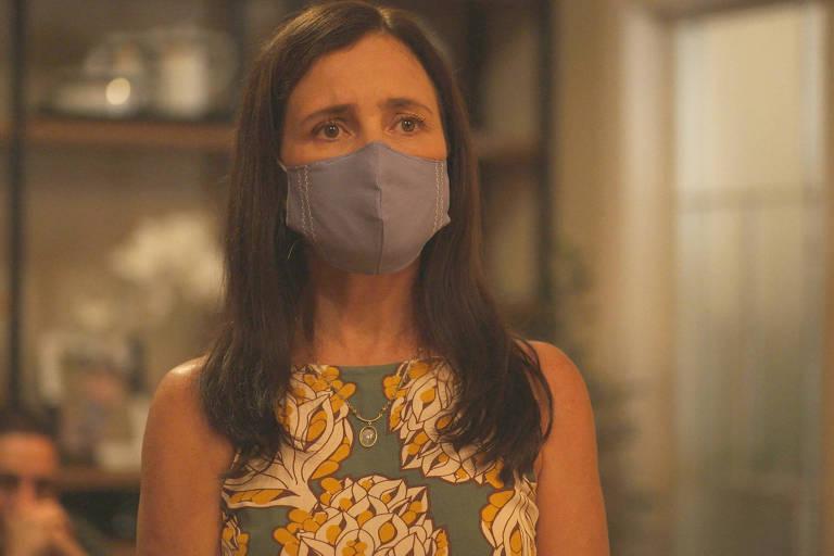 Thelma (Adriana Esteves) vai falar com Belizário (Tuca Andrada) quando Álvaro (Irandhir Santos) chega