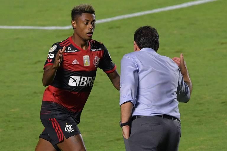 Bruno Henrique comemora com Rogério Ceni o gol do Flamengo no Morumbi