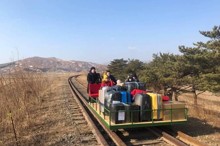 Diplomatas russos viajam em vagão com tração manual para sair da Coreia do Norte