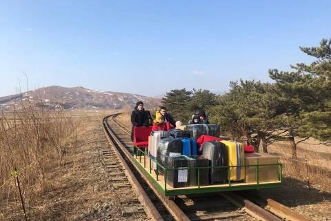 Diplomatas russos viajam em vagão com tração manual para sair da Coreia do Norte ORG XMIT: 93L-Czdk3lxAGCN-RNbW