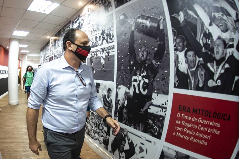 Rogério Ceni, hoje técnico do Flamengo, olha imagens de suas conquistas como jogador do São Paulo no Morumbi antes da partida