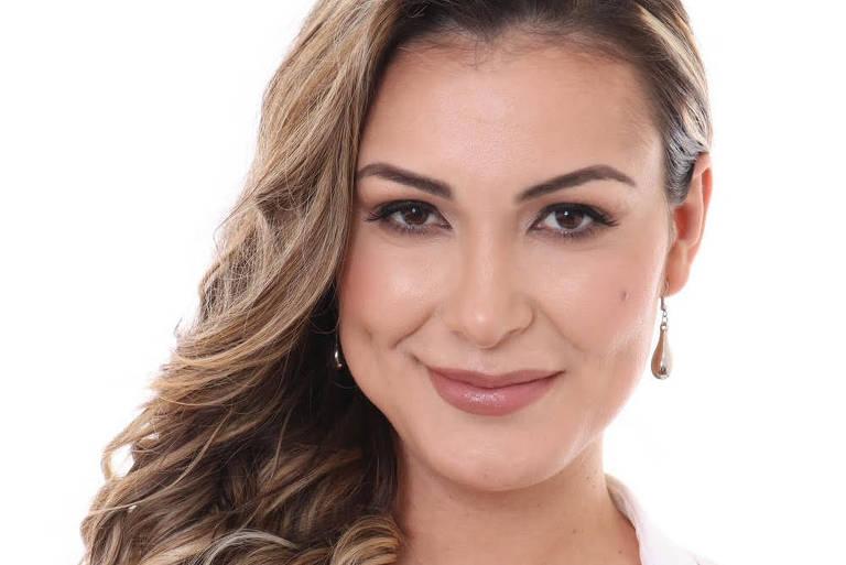 Emocionada, Andressa Urach pede para Edir Macedo acabar com Fogueira Santa