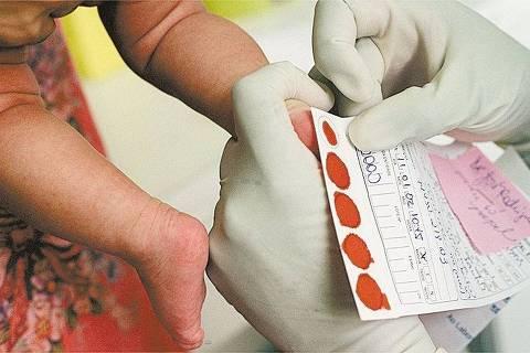 SÃO PAULO, SP, BRASIL, 11-01-2002: Criança faz exame do pezinho na APAE de São Paulo. O teste previne o retardo mental pois detecta as principais causas evitáveis da doença. (Foto: Gustavo Roth/Folhapress, 00305.02)