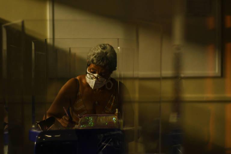 Maria das Graças de Morais, 60, caminha por mais de 1 hora para estudar