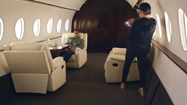 jovem negro é fotografado na primeira classe de um avião