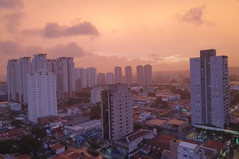 Céu da cidade de São Paulo tem coloração diferente no fim de tarde