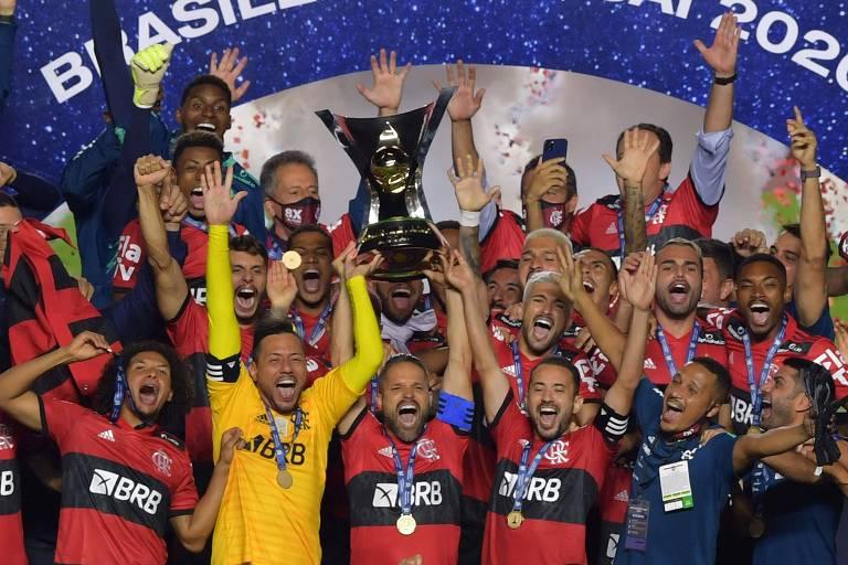 Elenco rubro-negro comemora a conquista do Campeonato Brasileiro de VARtebol, mesmo com a derrota para o São Paulo no Morumbi