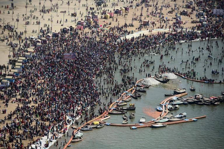 Visão aérea mostra aglomeração de pessoas em orla de rio