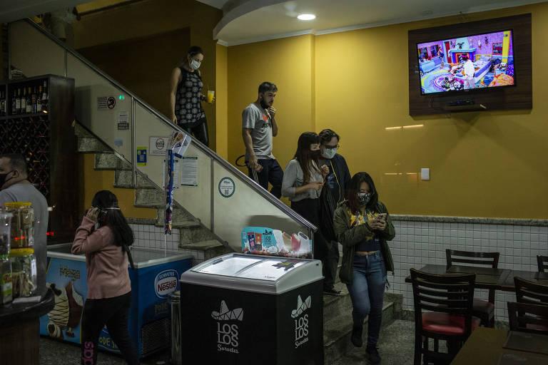 Para coibir o descumprimento do Plano São Paulo, a Vigilância Sanitária Estadual de SP  realizou uma blitz no bairro da Pompeia. Na foto, a fiscalização autua um estabelecimento que não respeitou o limite de horário do toque de restrição
