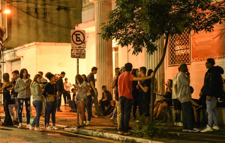 Pessoas em pé e sem máscara na rua Maria Antônia, em Higienópolis