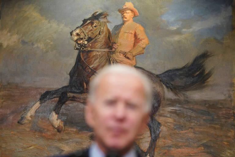 O presidente dos EUA, Joe Biden, discursa na Casa Branca à frente de retrato Theodore Roosevelt, outro presidente do país