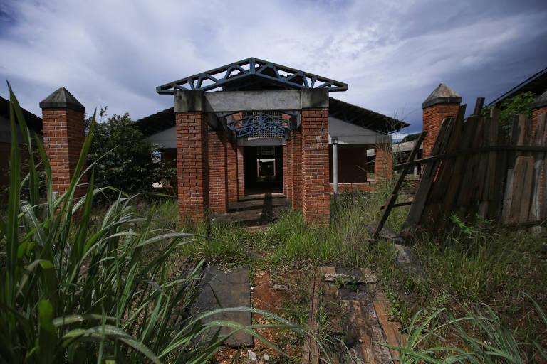Prédio abandonado de escola planejada para atender estudantes do sexto ao nono ano e ensino médio na região de Mansões Odisseia, em Águas Lindas de Goiás (GO)