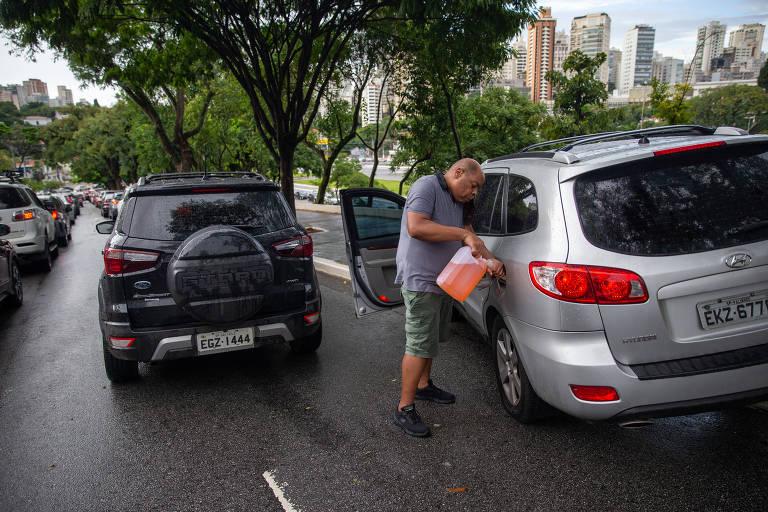Heverton Moraes coloca gasolina no veículo, que ficou desabastecido depois de cinco horas