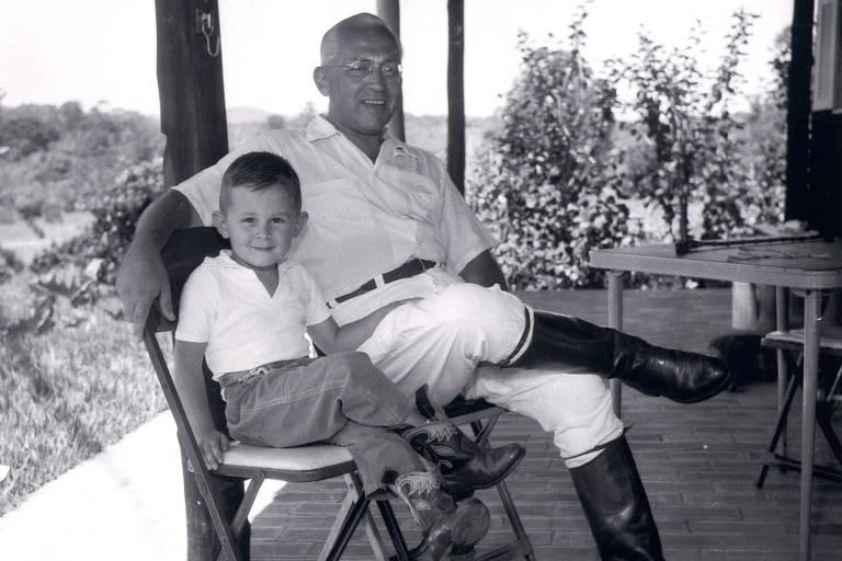 O publisher da Folha Octavio Frias de Oliveira com o filho Otavio ainda criança, em 1960