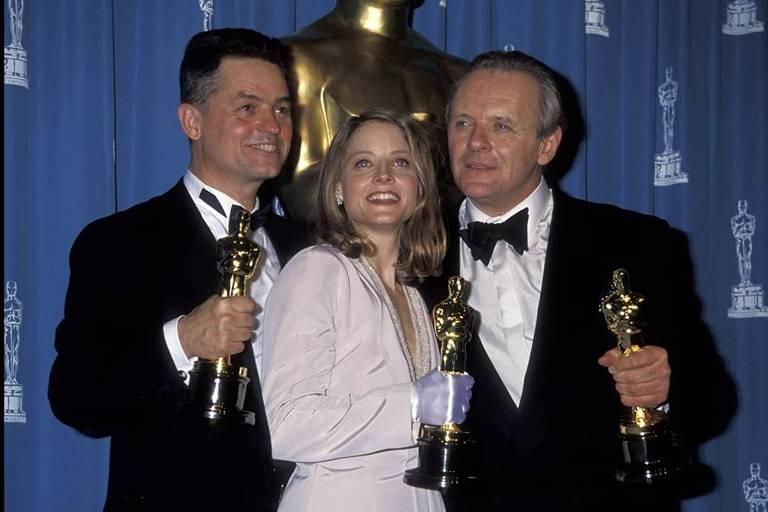 """Jonathan Demme, Jodie Foster e Anthony Hopkins com seus Oscar por """"O Silêncio dos Inocentes"""""""