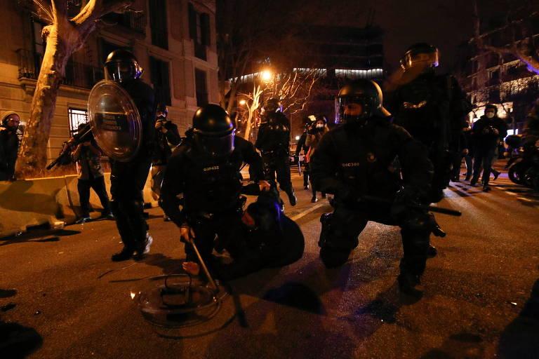 Polícia detém 14 em protestos contra prisão de rapper em Barcelona