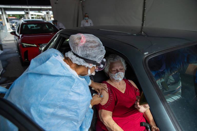Vacinação de idosos contra a Covid-19 no estádio do Pacaembu, em São Paulo