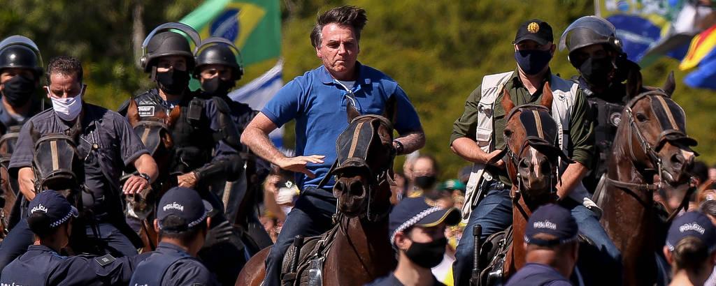 O presidente Jair Bolsonaro anda a cavalo durante manifestação em apoio ao governo em Brasília