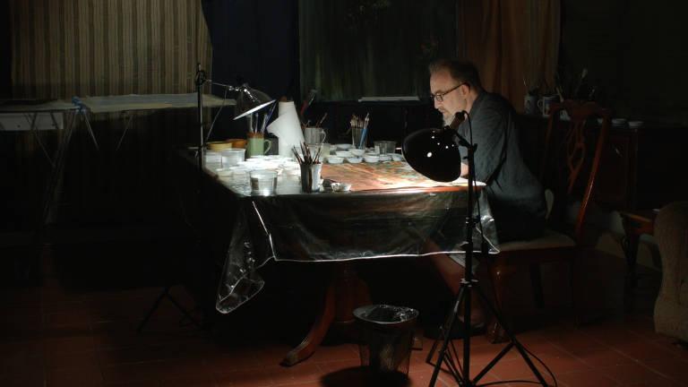 homem sentado diante de prancheta iluminada