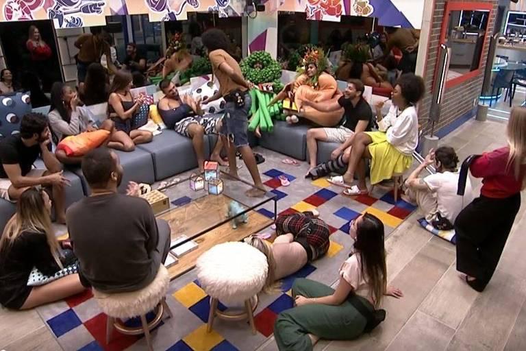 Participantes se reúnem na sala do BBB 21