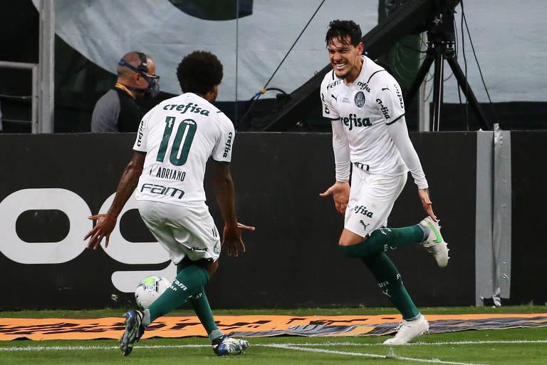 Luiz Adriano comemora com Gustavo Gómez, autor do gol palmeirense