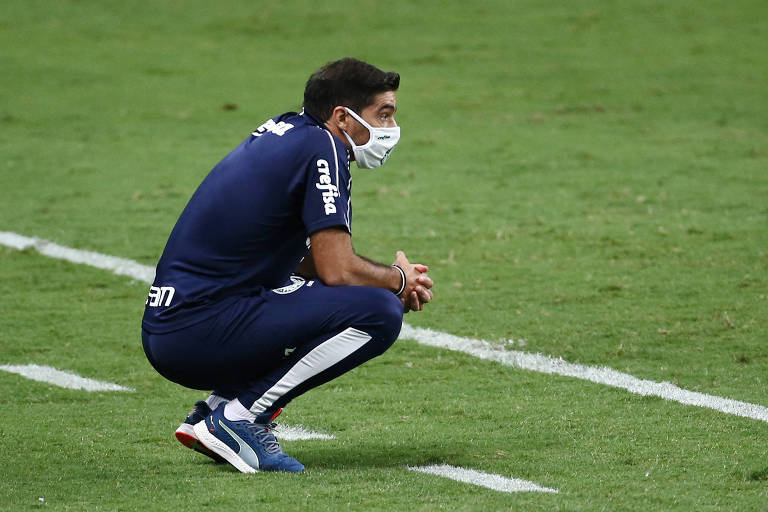 Técnico do Palmeiras, Abel Ferreira observa partida em Porto Alegre
