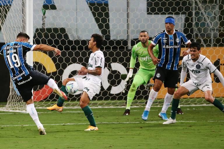 Diego Churin arrisca para o Grêmio, que não teve sucesso em furar a bem montada defesa palmeirense