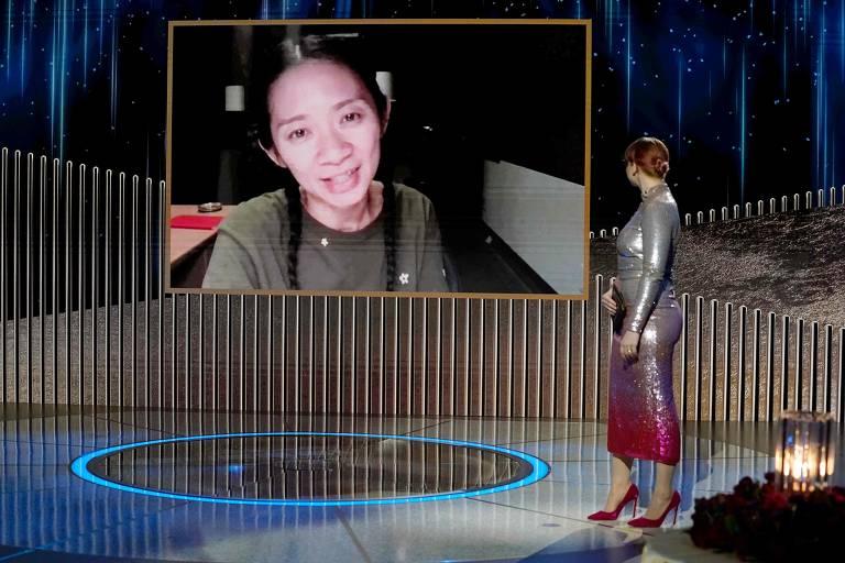 Chloe Zhao, na tela, recebe o prêmio de melhor diretor pelo trabalho em 'Nomadland, que também ganhou como melhor filme de drama no Globo de Ouro de 2021
