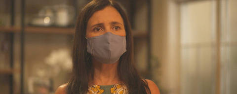 Thelma (Adriana Esteves) vai falar com Belizário (Tuca Andrada) quando Álvaro (Irandhir Santos) chega e ela reage supresa
