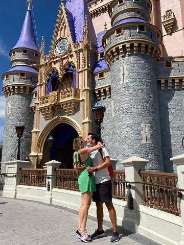 Dani Calabresa é pedida em casamento por Richard Neuman na Disney