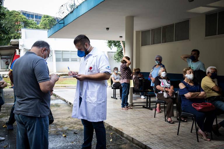Vacinação na UBS Mooca 1 tem fila de espera devido à falta de imunizantes