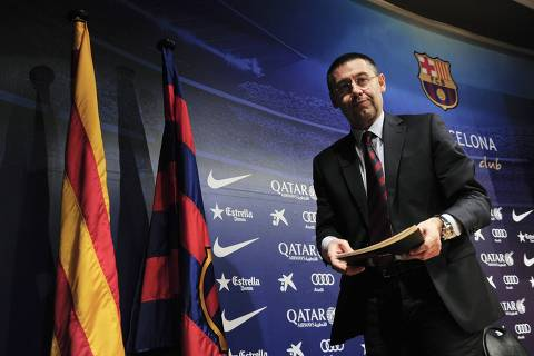 O novo presidente do Barcelona Josep Maria Bartomeu, deixa conferência de imprensa, em Barcelona (Espanha). Josep Maria assumiu o comando do clube pós a renúncia de presidente do clube Sandro Rosell, em meio a uma disputa legal sobre a assinatura do jogador brasileiro Neymar. *** Barcelona's new president Josep Maria Bartomeu leaves after a press conference in Barcelona on January 24, 2014. Former vice president Bartomeu took over the helm of the club on January 23 evening following club president Sandro Rosell's resignation amid a legal wrangle over the signing of Brazilian star Neymar. Bartomeu will replace Rosell as president for the remainder of the board's mandate, which runs until 2016.  AFP PHOTO / JOSEP LAGO ORG XMIT: JL007