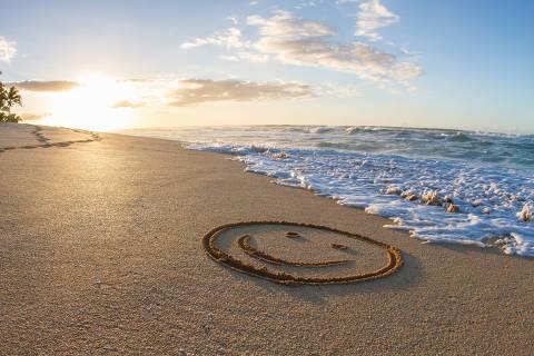 Smiley face, drawn in sand, sunset, Hawaii ORG XMIT: IPTC last updated on 01/06/15 ***PARCEIRO FOLHAPRESS - FOTO COM CUSTO E CRÉDITO OBRIGATÓRIO. PARA OBTER ESTA IMAGEM EM ALTA, ENVIE PEDIDO PARA PESQUISA@FOLHAPRESS.COM.BR***
