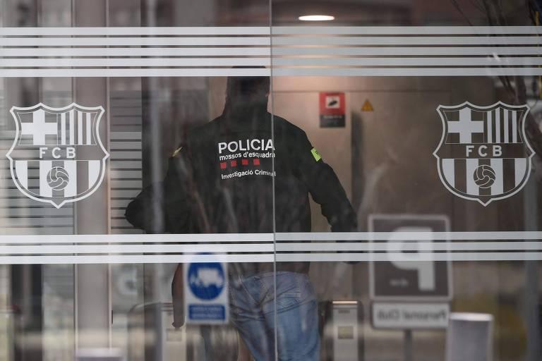 Os policiais tinham mandados de busca e apreensão e também de prisão contra dirigentes e ex-dirigentes do clube