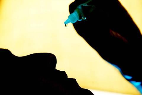 TRATAMENTO PARA DOENCAS RESPIRATORIAS ABRIL 29; O cordenador de vendas Francisco Mighel, 27 que tem rinite alergica desde os 12 anos. Atualmente ele toma florais e fez operacao de desvio de septo e retirada de carne esponjosa. Durante o frio ele pinga gotas de soro fisiologico no nariz de tres em tres horas.   (EQUILIBRIO - FOTO: FERNANDO DONASCI / FOLHA IMAGEM).