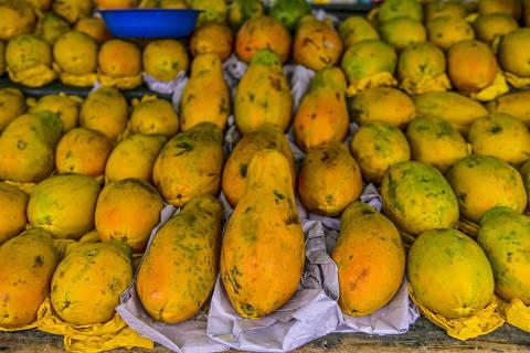 SÃO JOSÉ DOS CAMPOS, SP. 16.12.2016: Barraca de frutas (mamão) em feira livre no bairro Bosque dos Eucaliptos, zona sul de São José dos Campos (SP). (foto: Lucas Lacaz Ruiz/Folhapress)