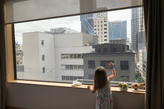 Joy Jones?s daughter Jackie draws on the hotel room window with dry-erase markers while quarantined at the Stamford Plaza Hotel in Auckland, New Zealand. (Joy Jones via The New York Times)