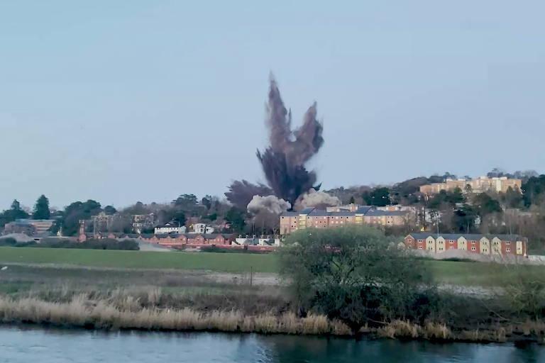 Bomba usada pelos alemães na 2ª Guerra é detonada no sul da Inglaterra