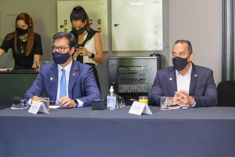 Deputado Alex Madureira (esq.), durante reunião com parlamentares da Frente Evangélica Estadual e da Frente Evangélica Nacional, no Palácio dos Bandeirantes, nesta segunda (1°)