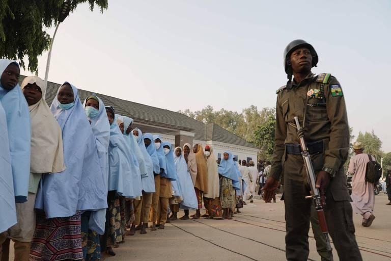 Sequestradores libertam quase 300 meninas levadas de escola da Nigéria