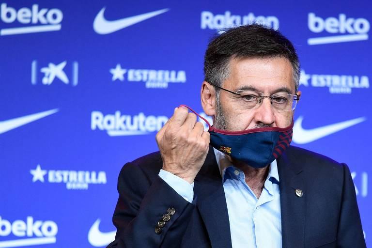 Josep Maria Bartomeu retira a máscara durante entrevista quando presidente do Barcelona