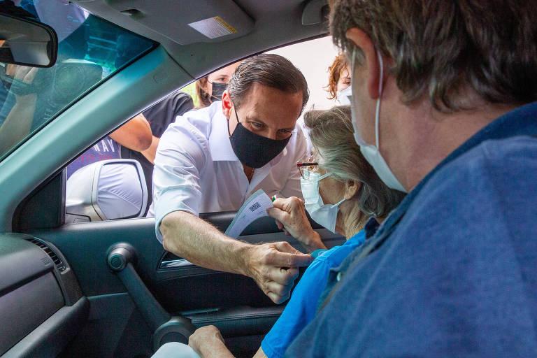 Doria fala com idosa em drive-thru de vacinação no estádio do Morumbi