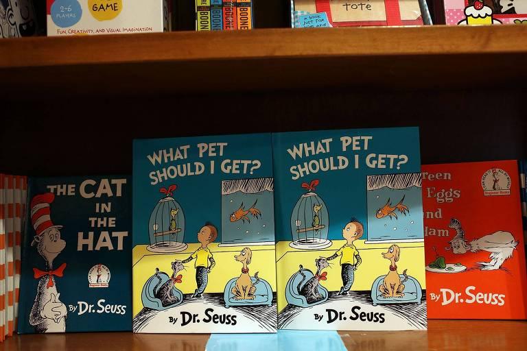 estante exibe livros infantis em livraria